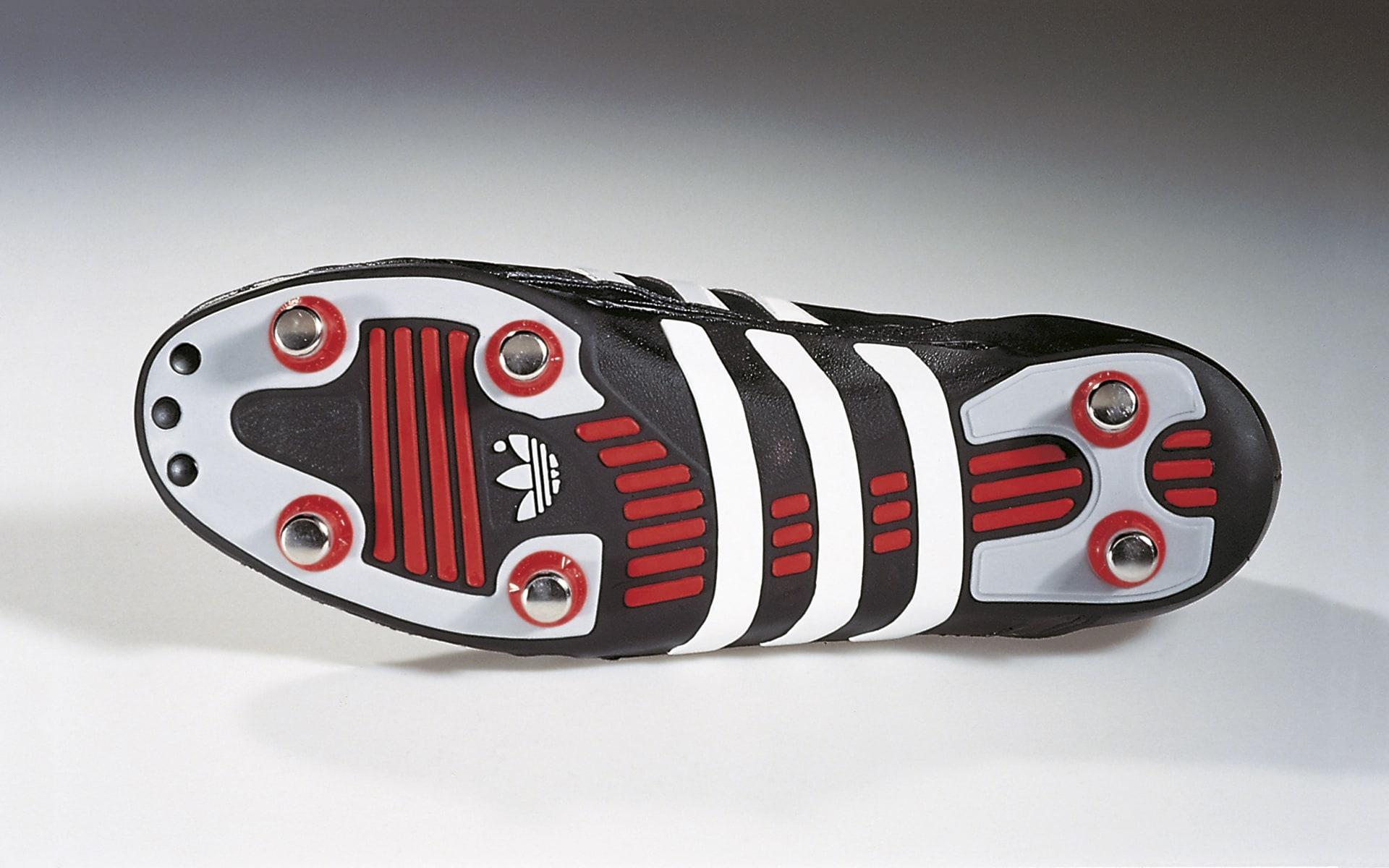 Schwarz-rot-weißer Weltmeister Fußballschuh von ITO Design für Adidas, 1990 entworfen