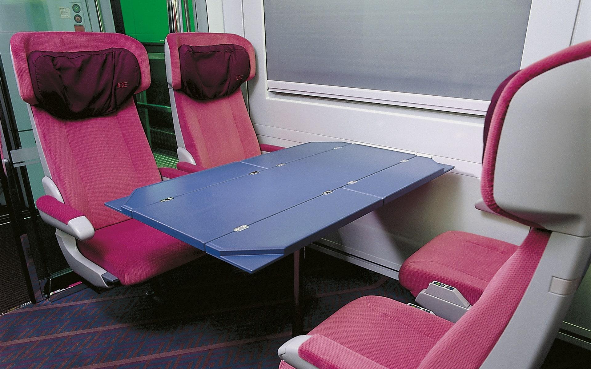 Familienbereich in leuchtendem Pink für den Intercity-Zug der Deutschen Bahn von ITO Design, 1994 entworfen