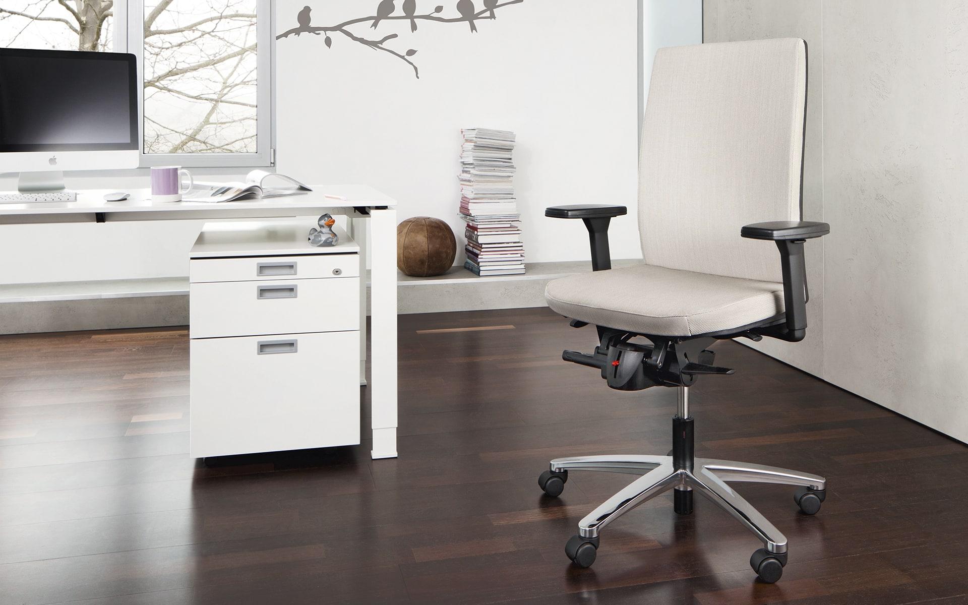 König + Neurath Tensa Bürostuhl von ITO Design mit beigefarbenem Polster in modernem Büro