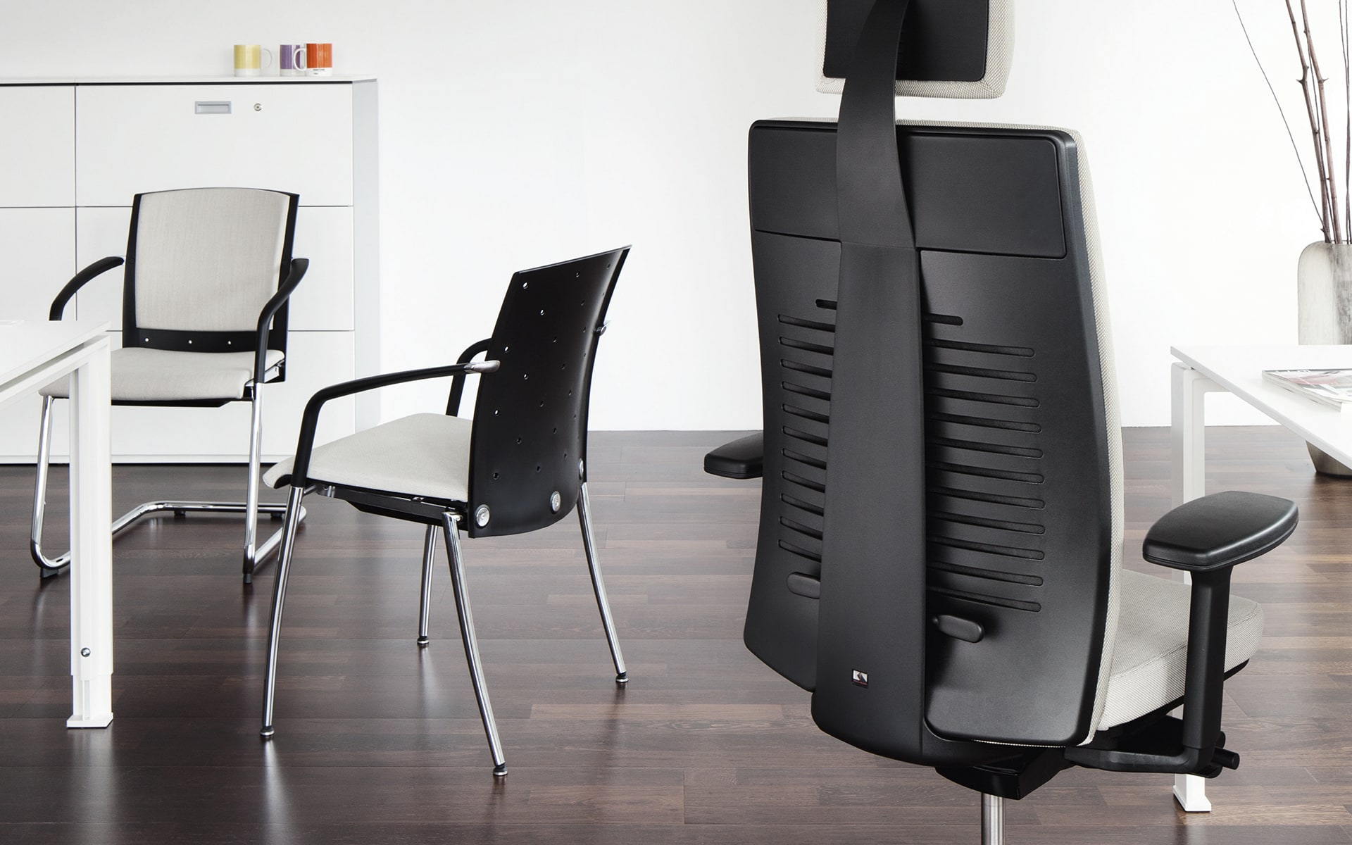 Various models of the König + Neurath Tensa office chair family by ITO Design at minimalist workplace