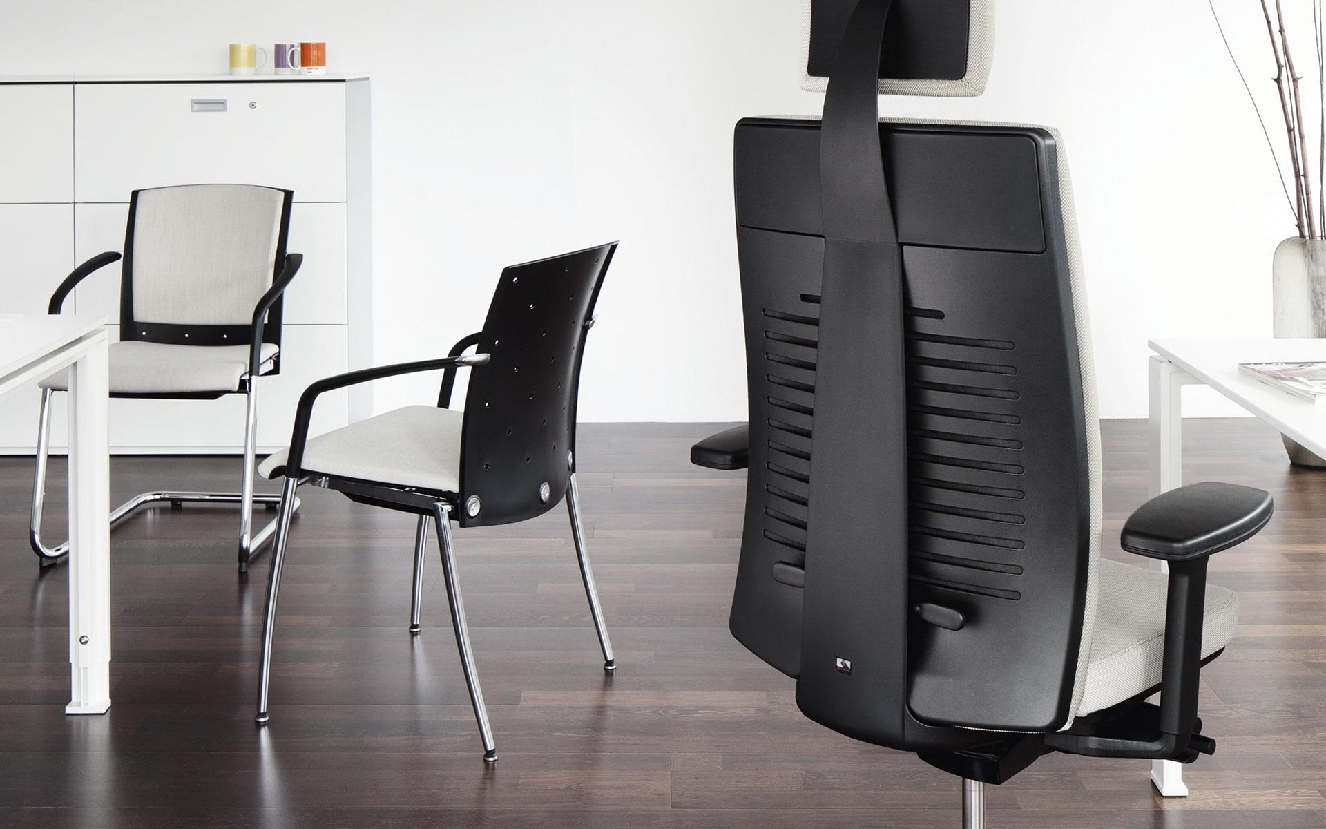 Verschiedene Modelle aus der König + Neurath Tensa Bürostuhlserie von ITO Design an minimalistischem Arbeitsplatz