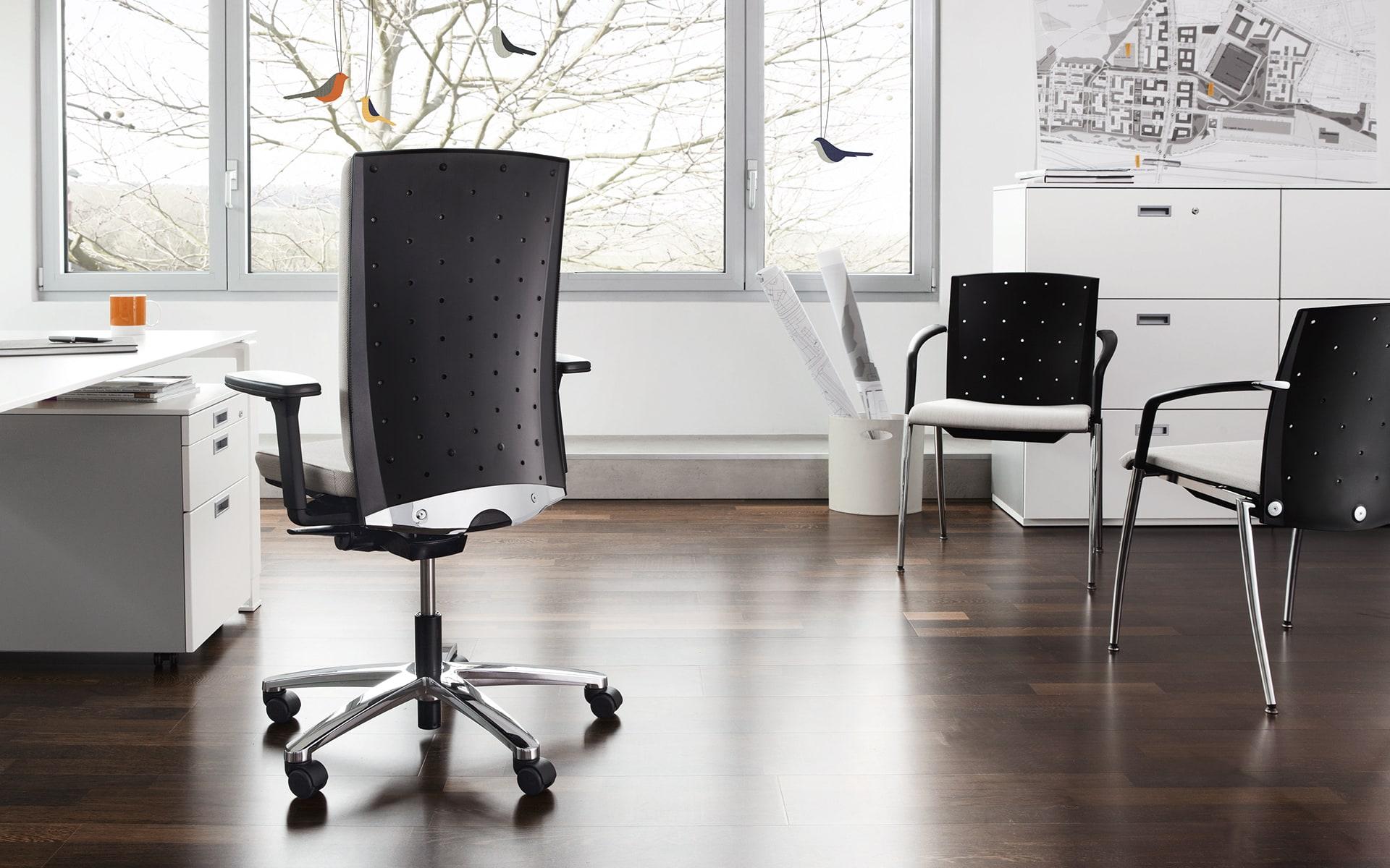 Verschiedene Modelle aus der König + Neurath Tensa Bürostuhlserie von ITO Design in Architekturbüro