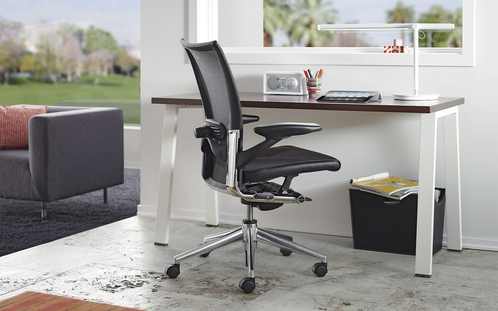 Schwarzer Haworth X99 Drehstuhl von ITO Design in hellem und modernem Büro