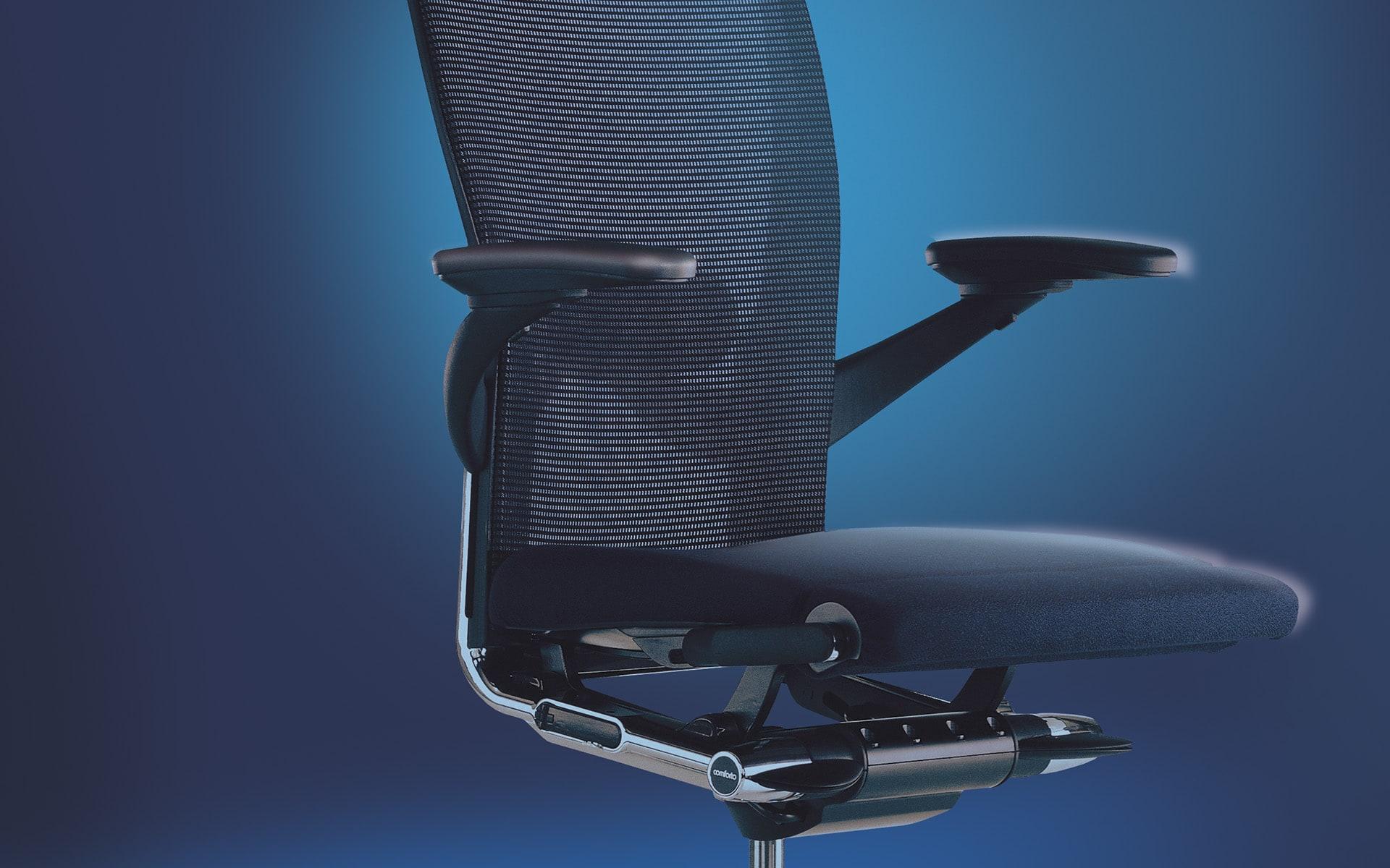 Schwarzer Haworth X99 Drehstuhl von ITO Design vor blauem Hintergrund