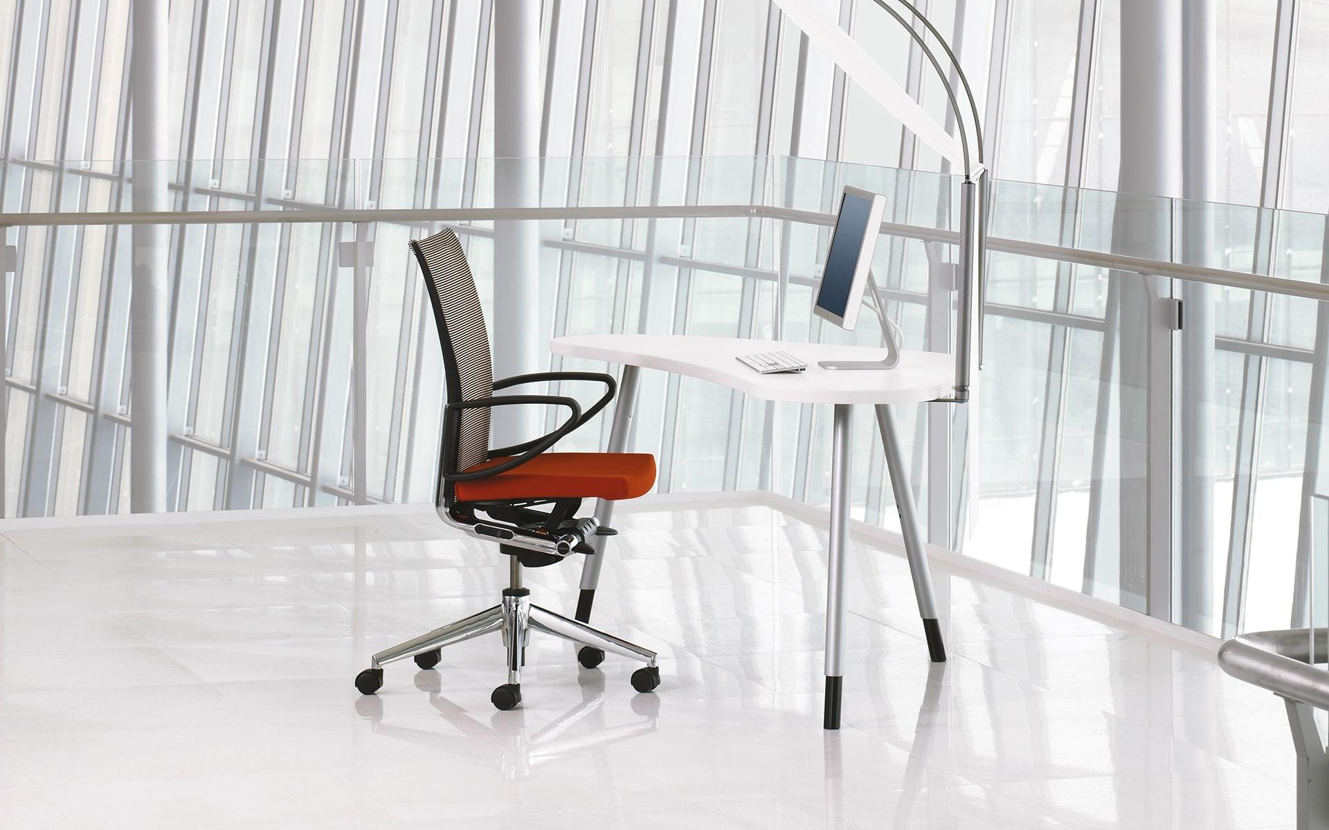 Haworth X99 Drehstuhl von ITO Design mit rotem Polster in minimalistischem Arbeitsbereich