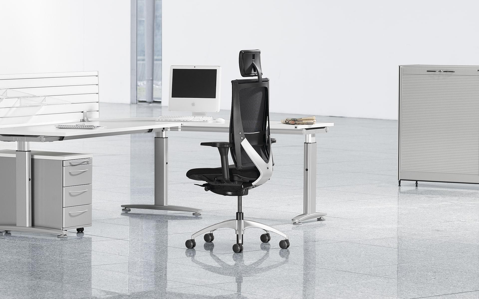 Schwarzer K+N Okay Bürostuhl von ITO Design in weißem, minimalistischen Büro