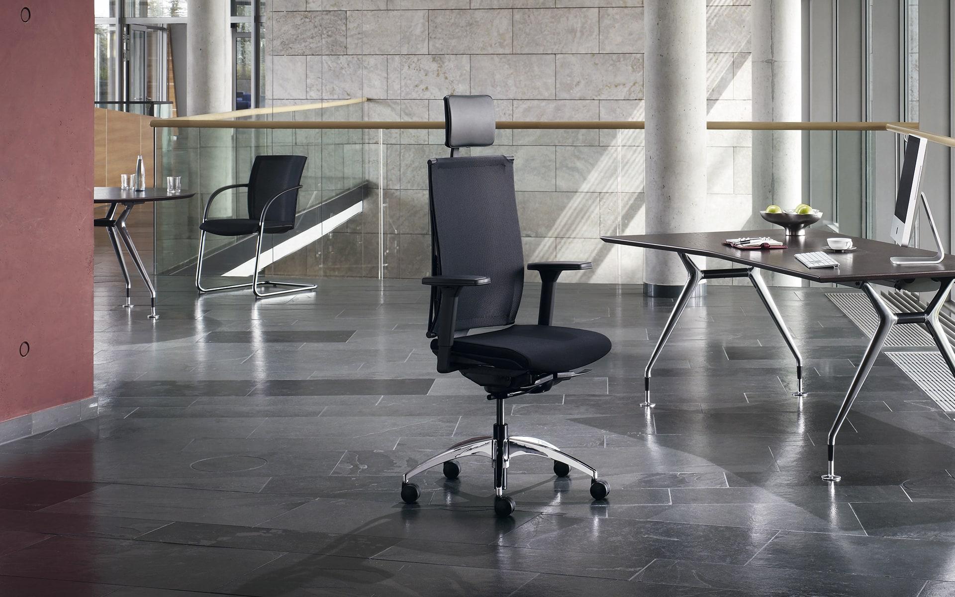 Schwarzer K+N Okay Bürostuhl von ITO Design in elegantem Büro mit dunklen Marmorfliesen