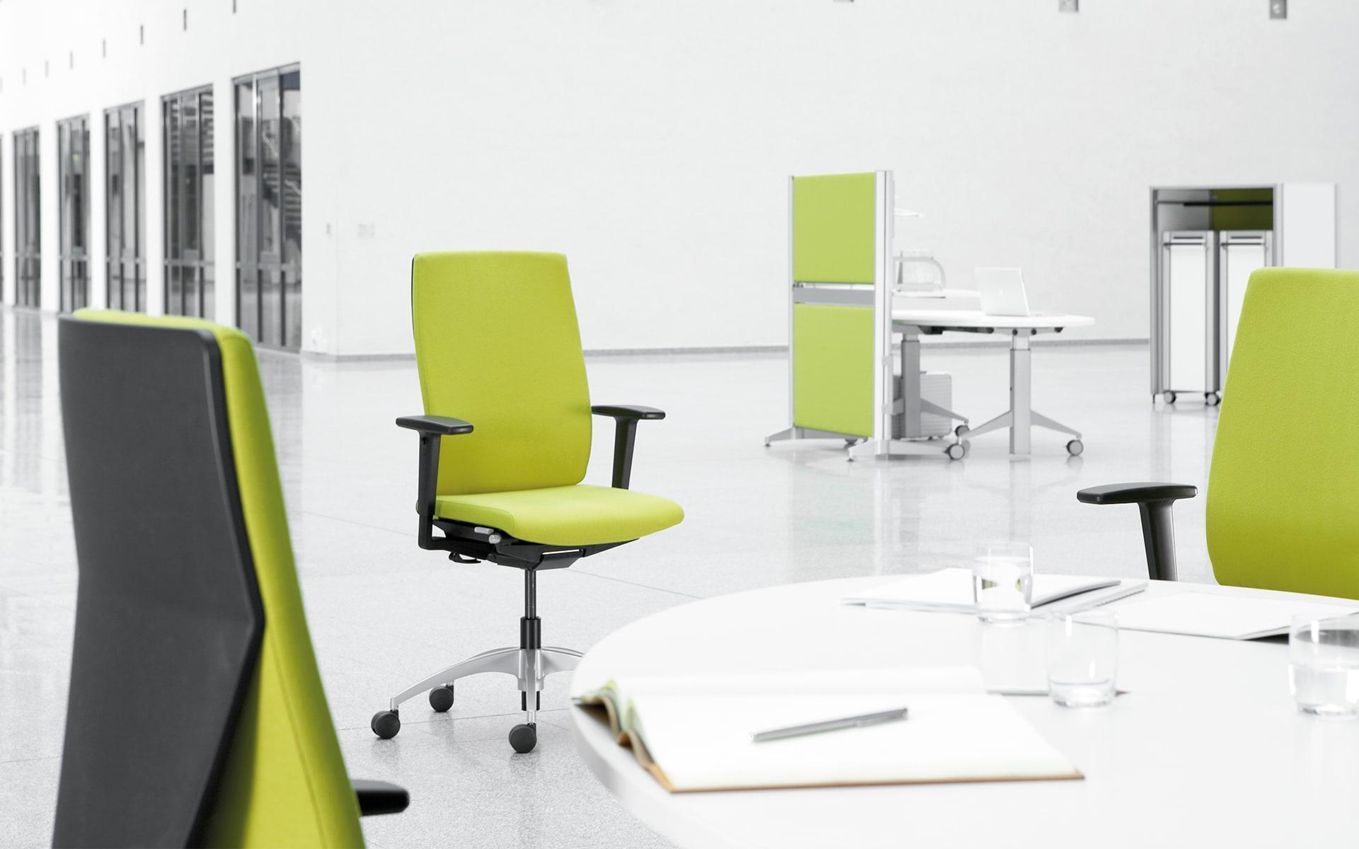 K+N Signeta Drehstuhl von ITO Design mit hellgrünem Polster in minimalistischem Arbeitsraum