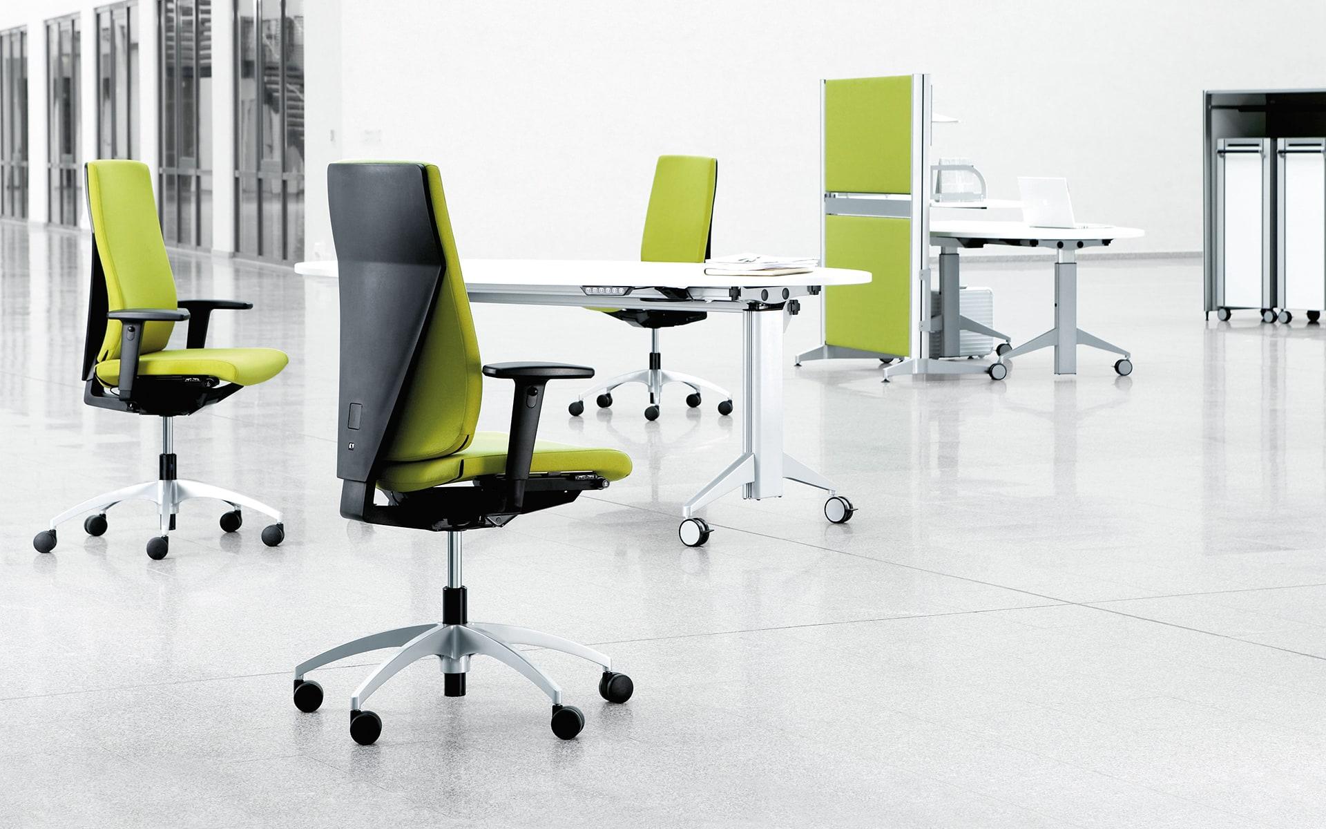Drei K+N Signeta Drehstühle von ITO Design mit hellgrünem Polster in monochromem Büro