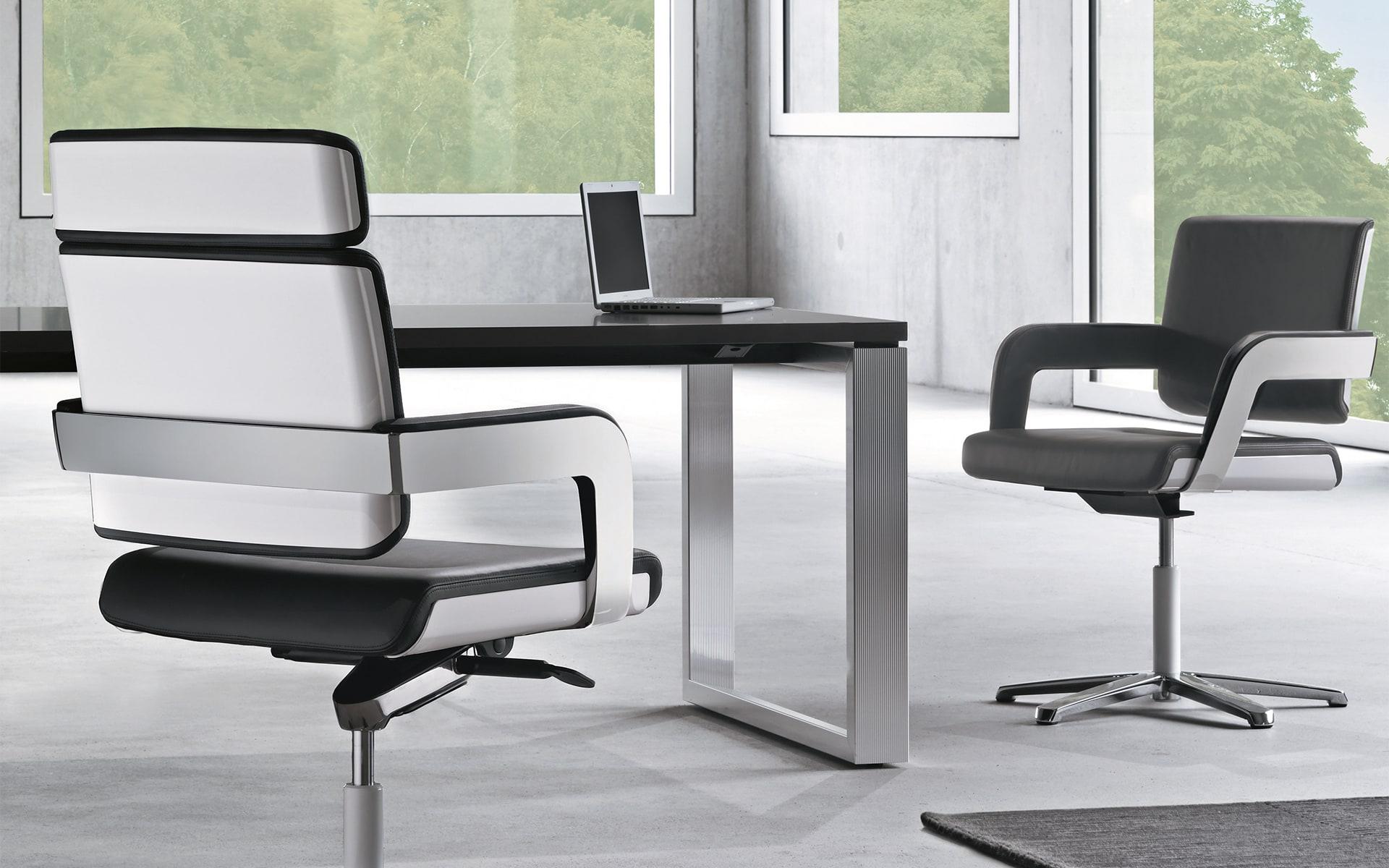 Schwarz-weisse K+N Charta Konferenzstühle von ITO Design an monochromem Arbeitsplatz