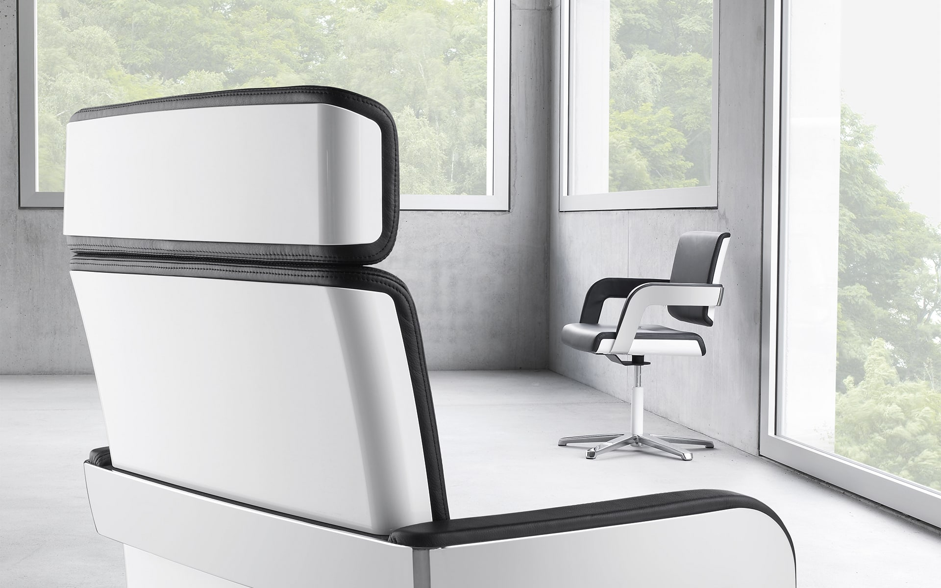 Schwarz-weisse K+N Charta Konferenzstühle von ITO Design in leerem Raum mit Betonwänden und großen Fenstern