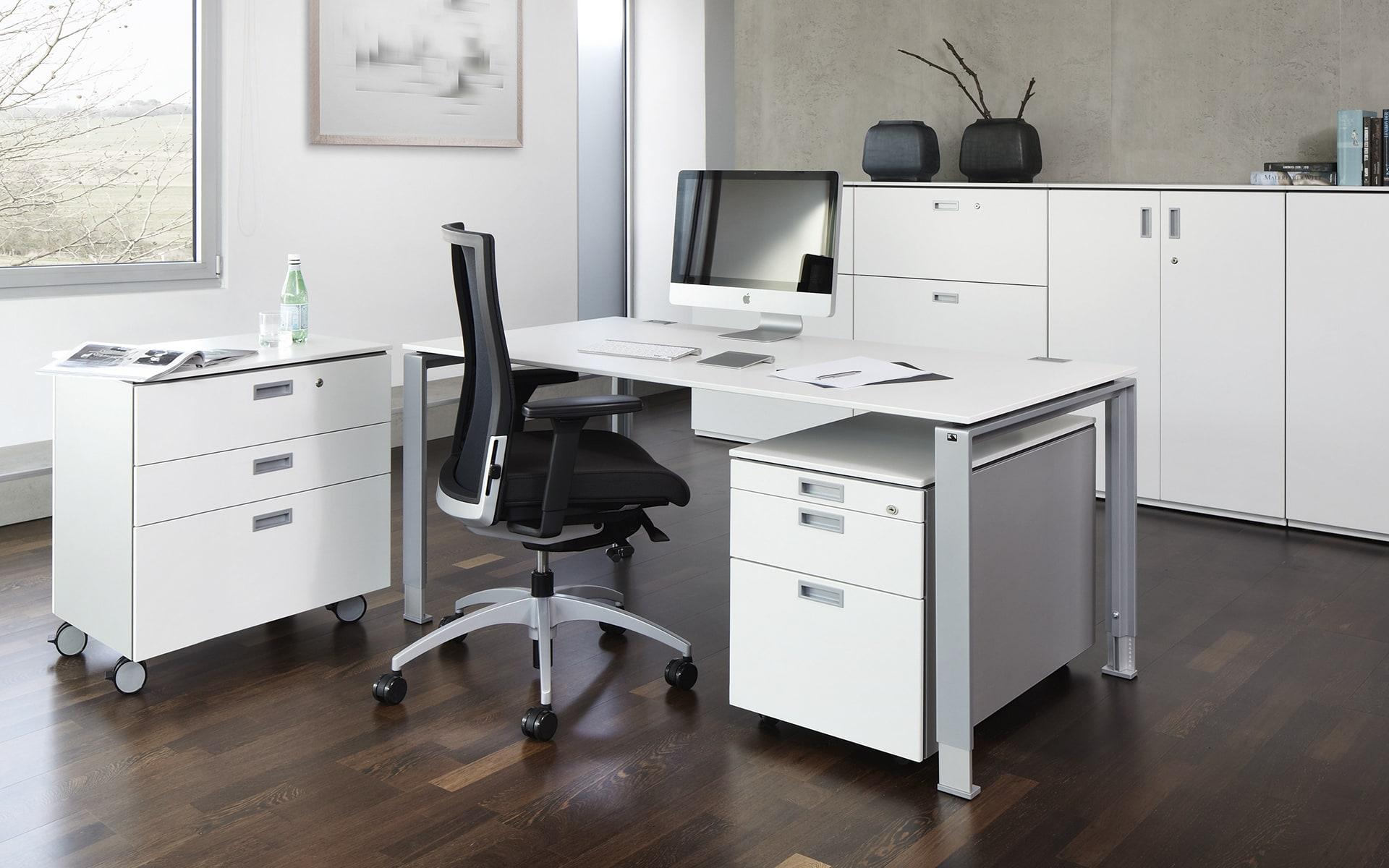 Schwarzer K+N Okay II Drehstuhl von ITO Design in puristischem Büro