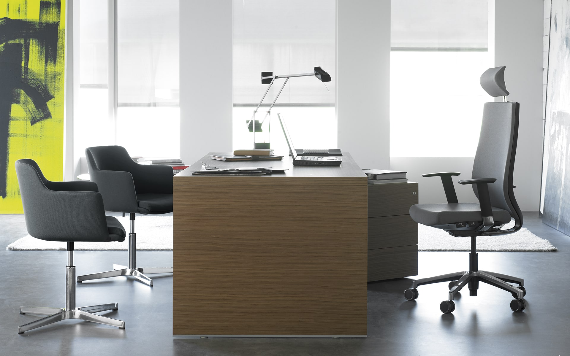 Grauer Forma 5 Eben Bürostuhl von ITO Design an modernem Arbeitsplatz