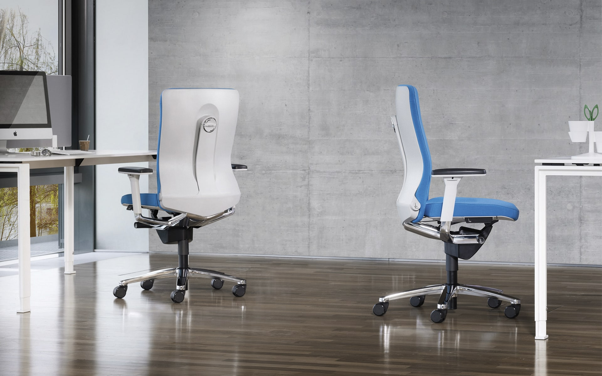 König + Neurath Lamiga office chairs by ITO Design with white backrests and blue upholstery in minimalist office