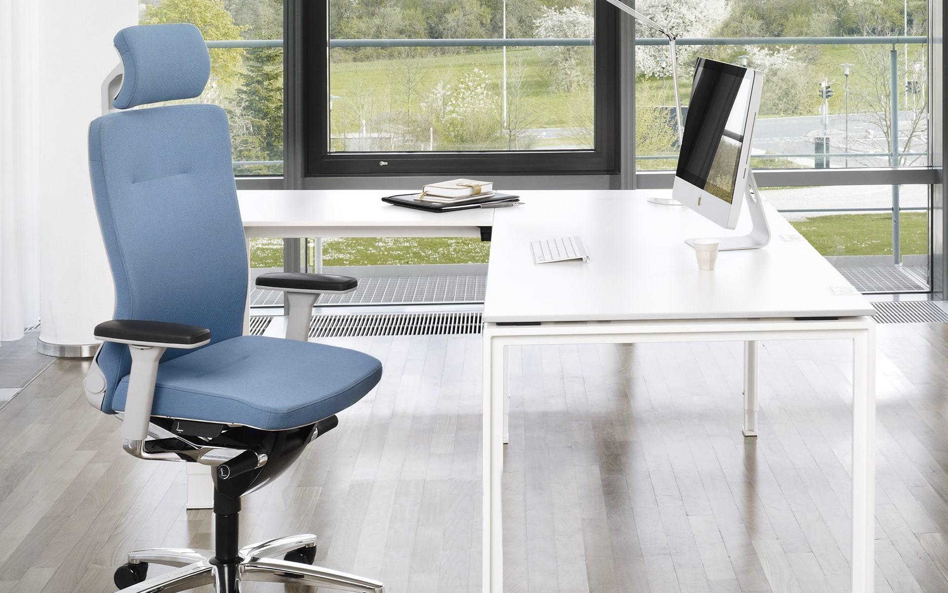 König + Neurath Lamiga Bürostuhl von ITO Design mit blauem Polster an hellem Arbeitsplatz