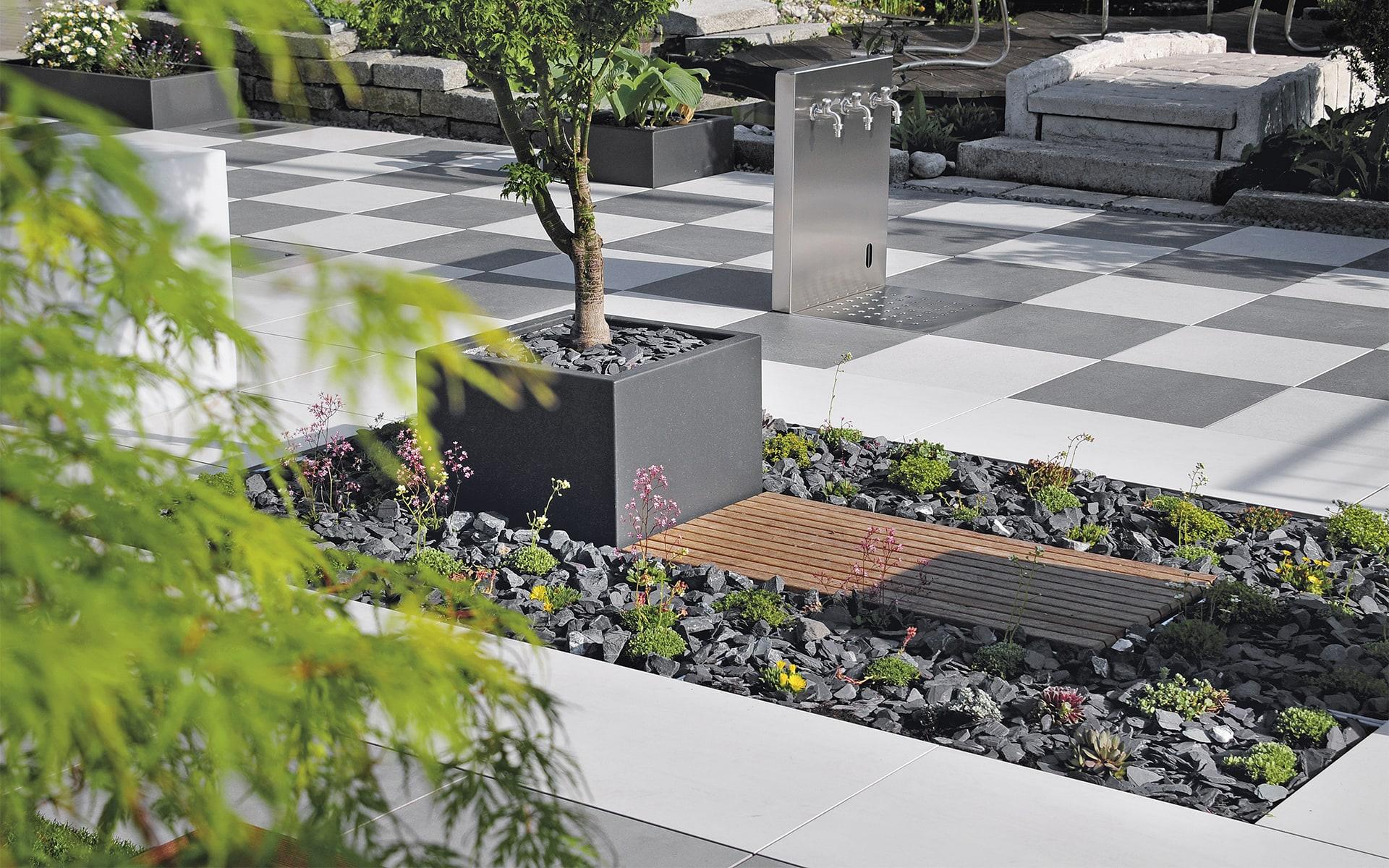 Modulares Terrassensystem Sunderra Scape von ITO Design mit Wasserhähnen und Bepflanzung