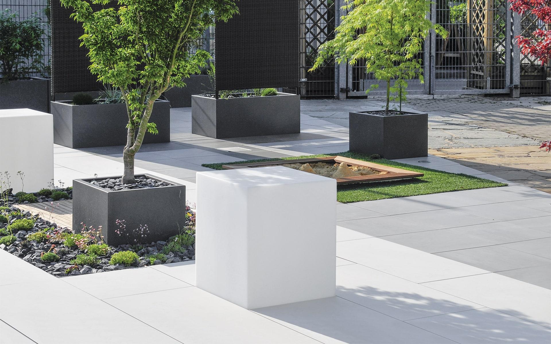 Modulares Terrassensystem Sunderra Scape von ITO Design mit Pflanzenkübeln, Sitzblöcken und Sandkasten