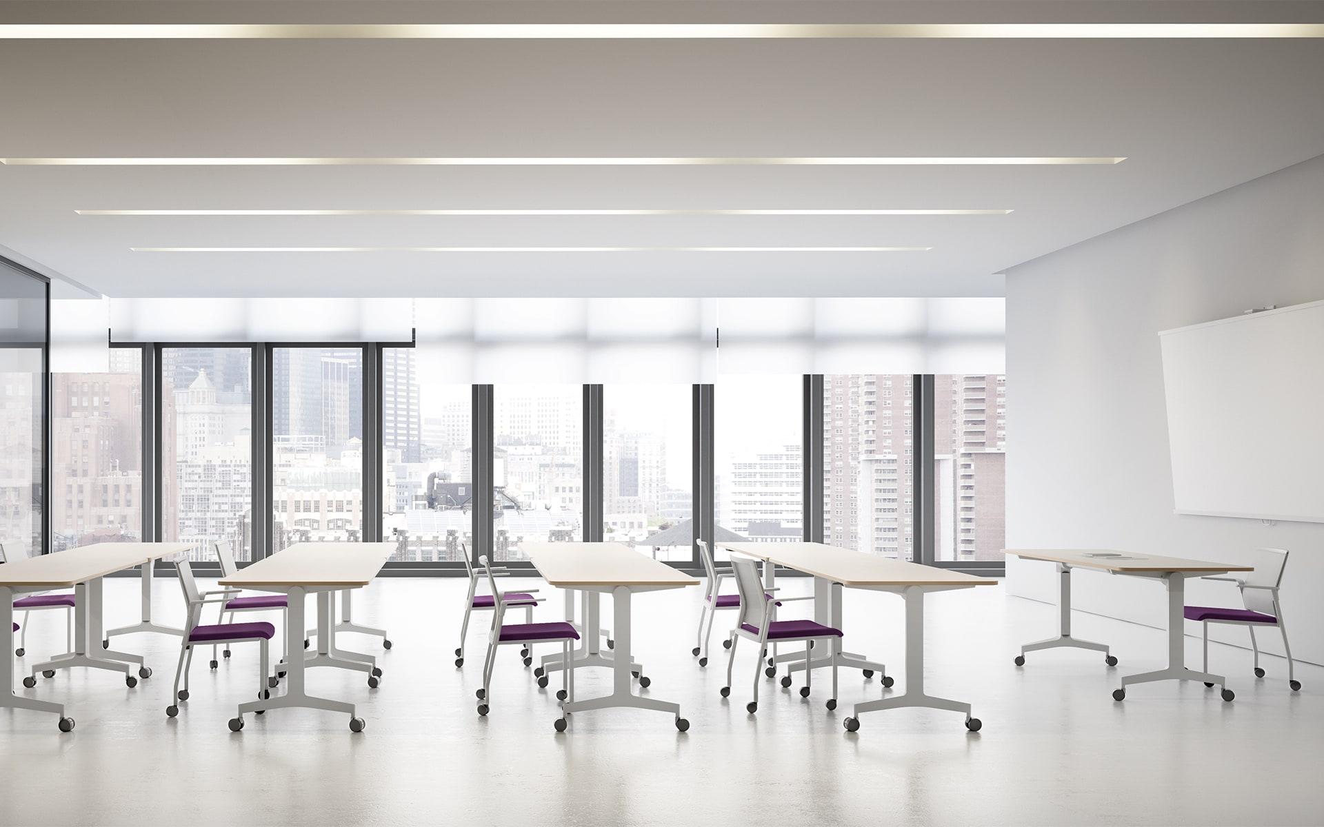 Heller Schulungsraum, der mit Forma 5 Folding Travel Klapptischen von ITO Design ausgestattet ist