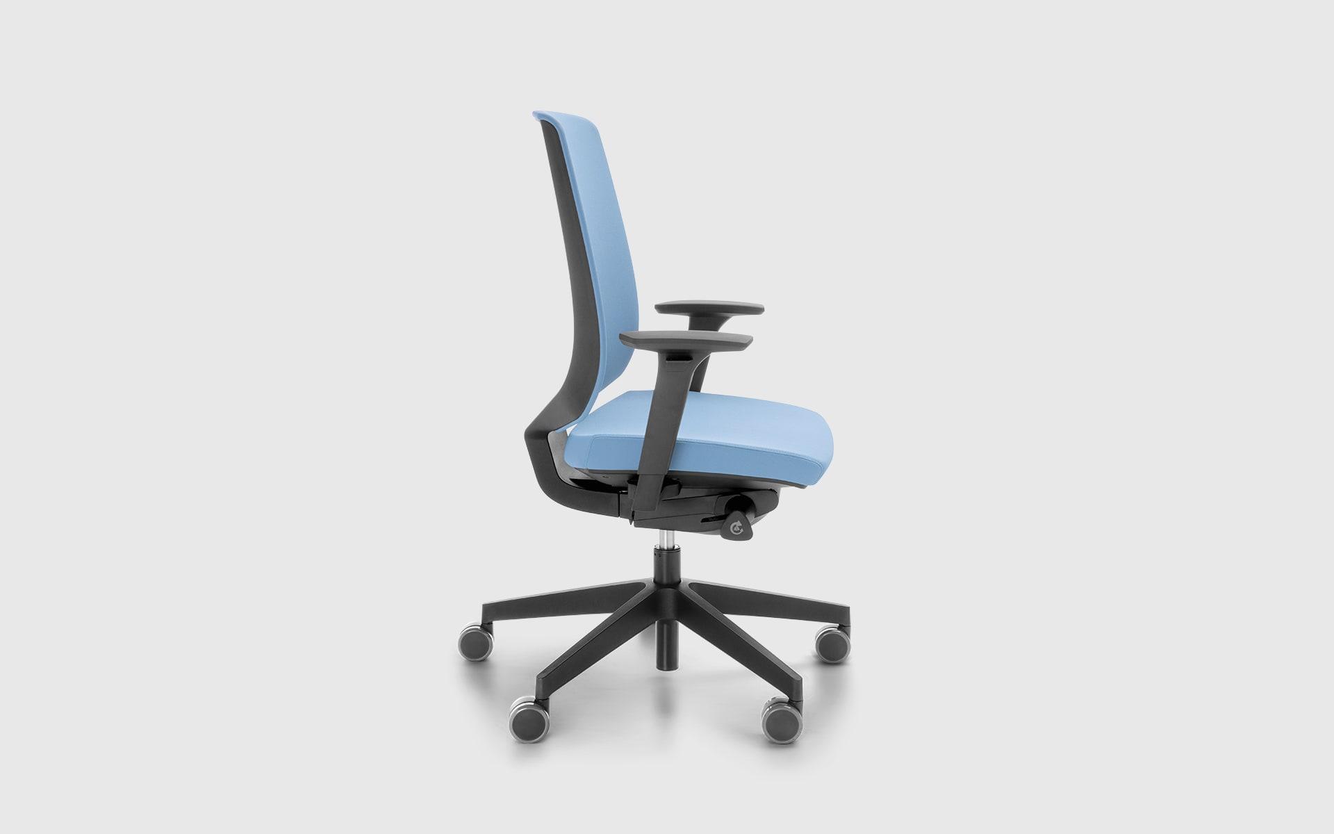 Profim LightUp Bürostuhl von ITO Design mit blauem Polster