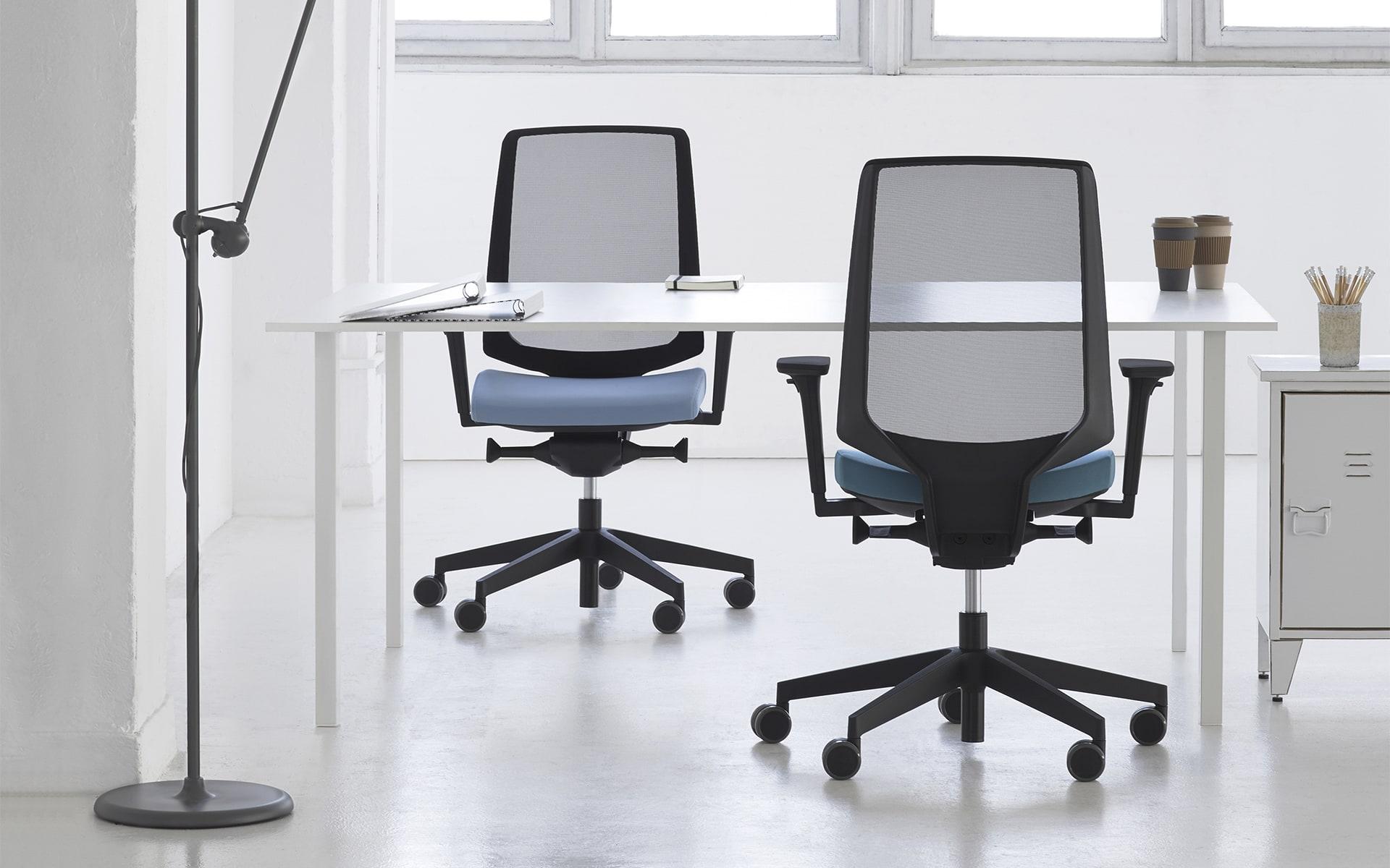 Profim LightUp Bürostühle von ITO Design mit blauen Polstern in stylischem Loftbüro