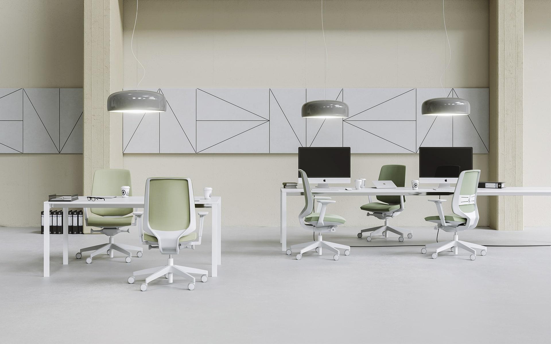 Helles, modernes Großraumbüro, das mit blauen Profim LightUp Bürostühlen von ITO Design eingerichtet ist