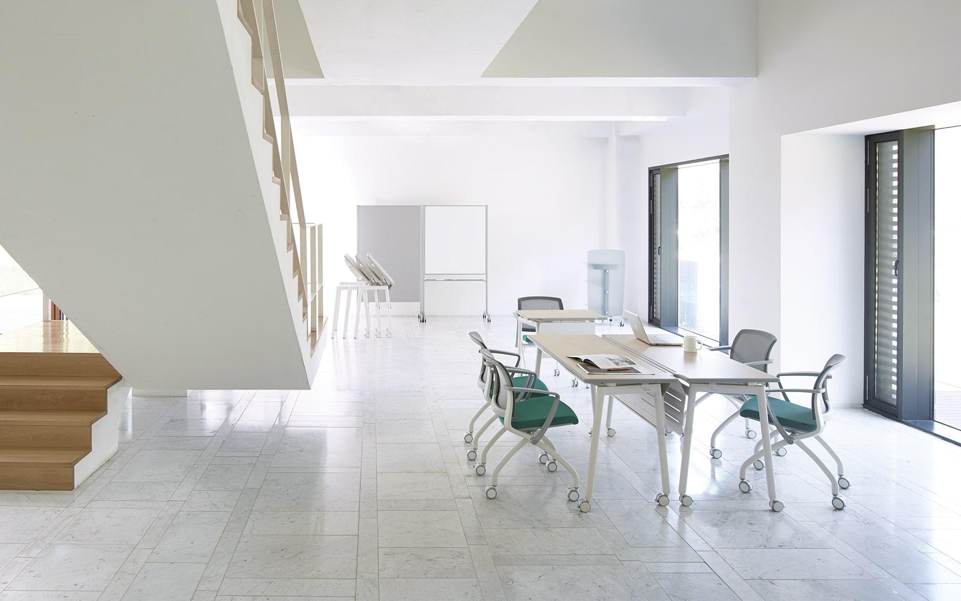 Kollaboratives Tischsystem Fursys Align von ITO Design in hellem Raum
