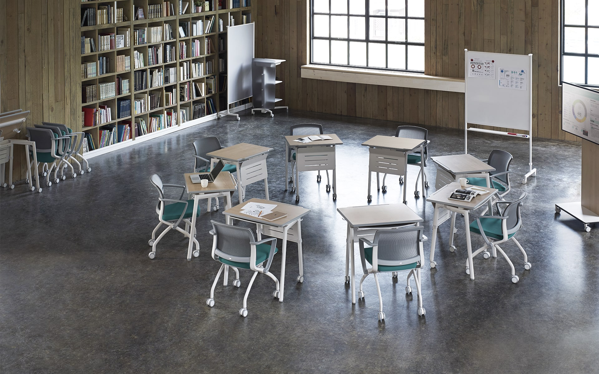 Collaborative table system Fursys Align by ITO Design, arranged to a working circle in training room