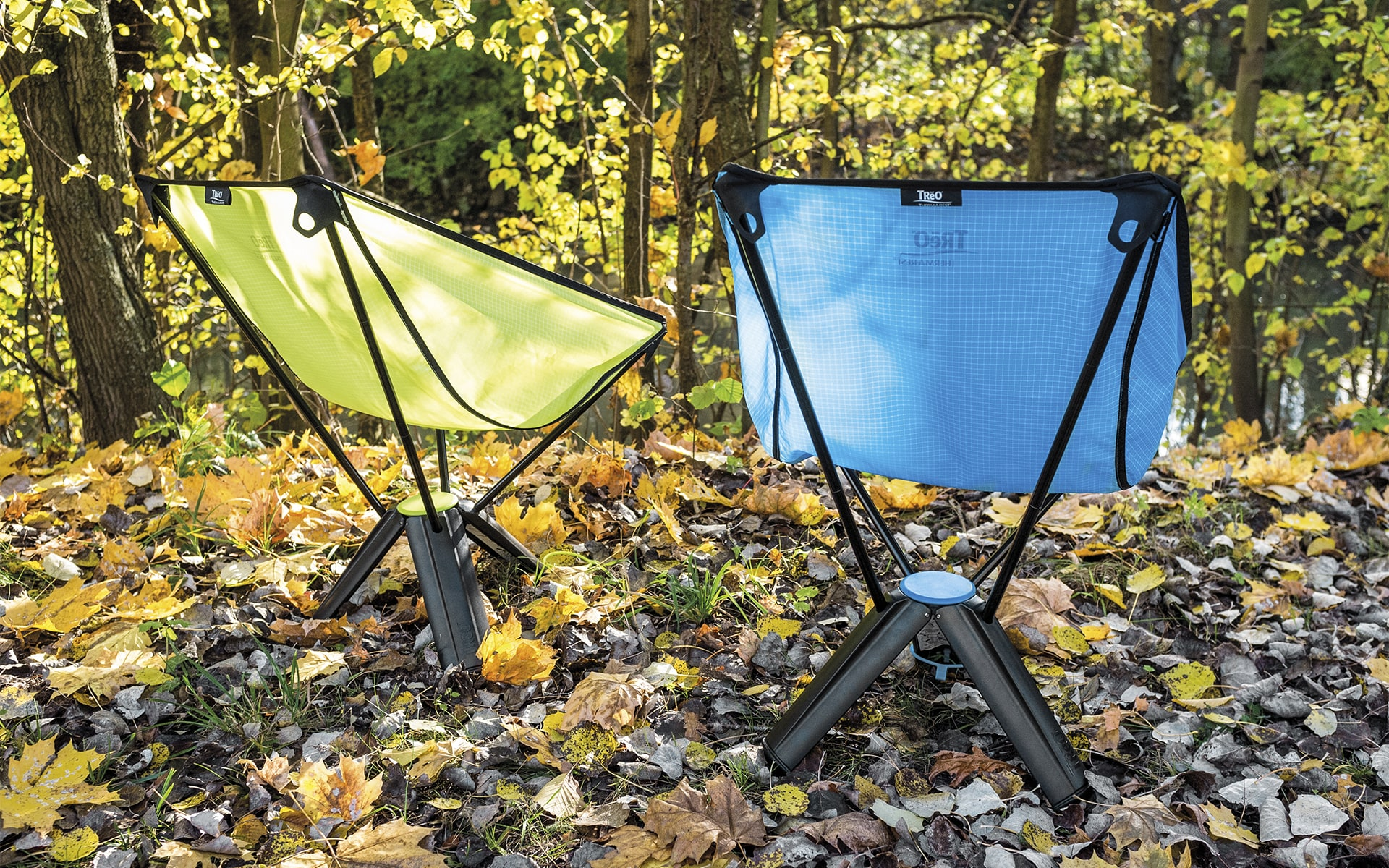 Collapsable outdoor chairs Therm-a-Rest Treo by ITO Design in green and blue on autumn ground