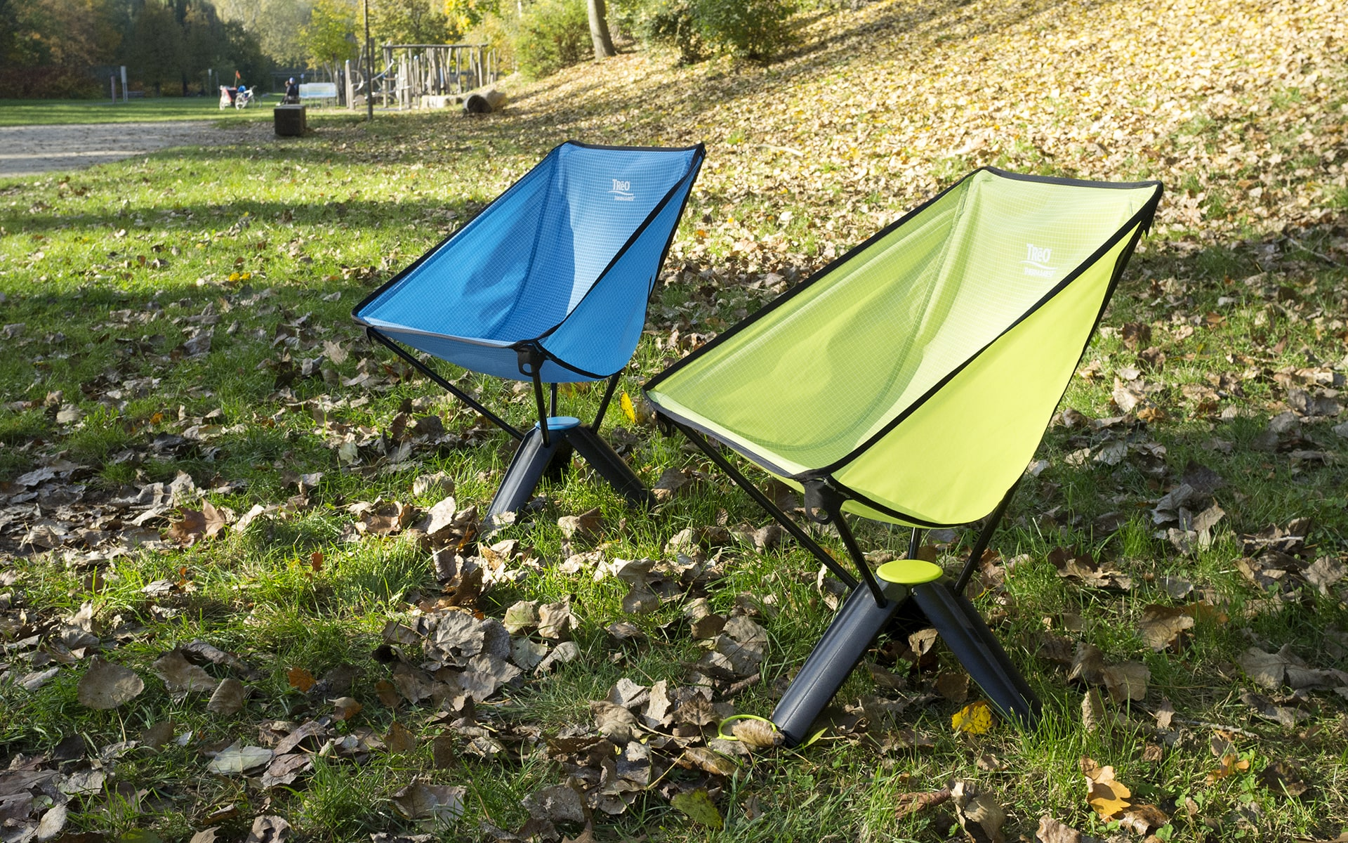 Collapsable outdoor chairs Therm-a-Rest Treo by ITO Design in blue and green on meadow