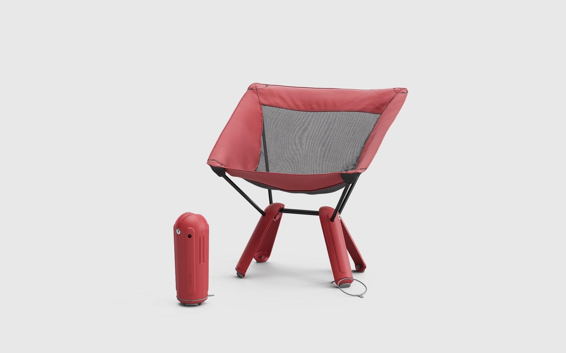 Roter Therm-a-Rest Quadra Camping-Stuhl von ITO Design, daneben ein zweiter Quadra Camping-Stuhl, der in seiner eigenen Basis verstaut ist