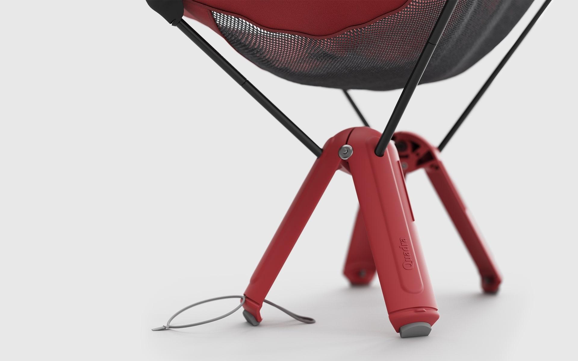 Nahaufnahme der Stuhlbeine eines roten Therm-a-Rest Quadra Camping-Stuhls von ITO Design
