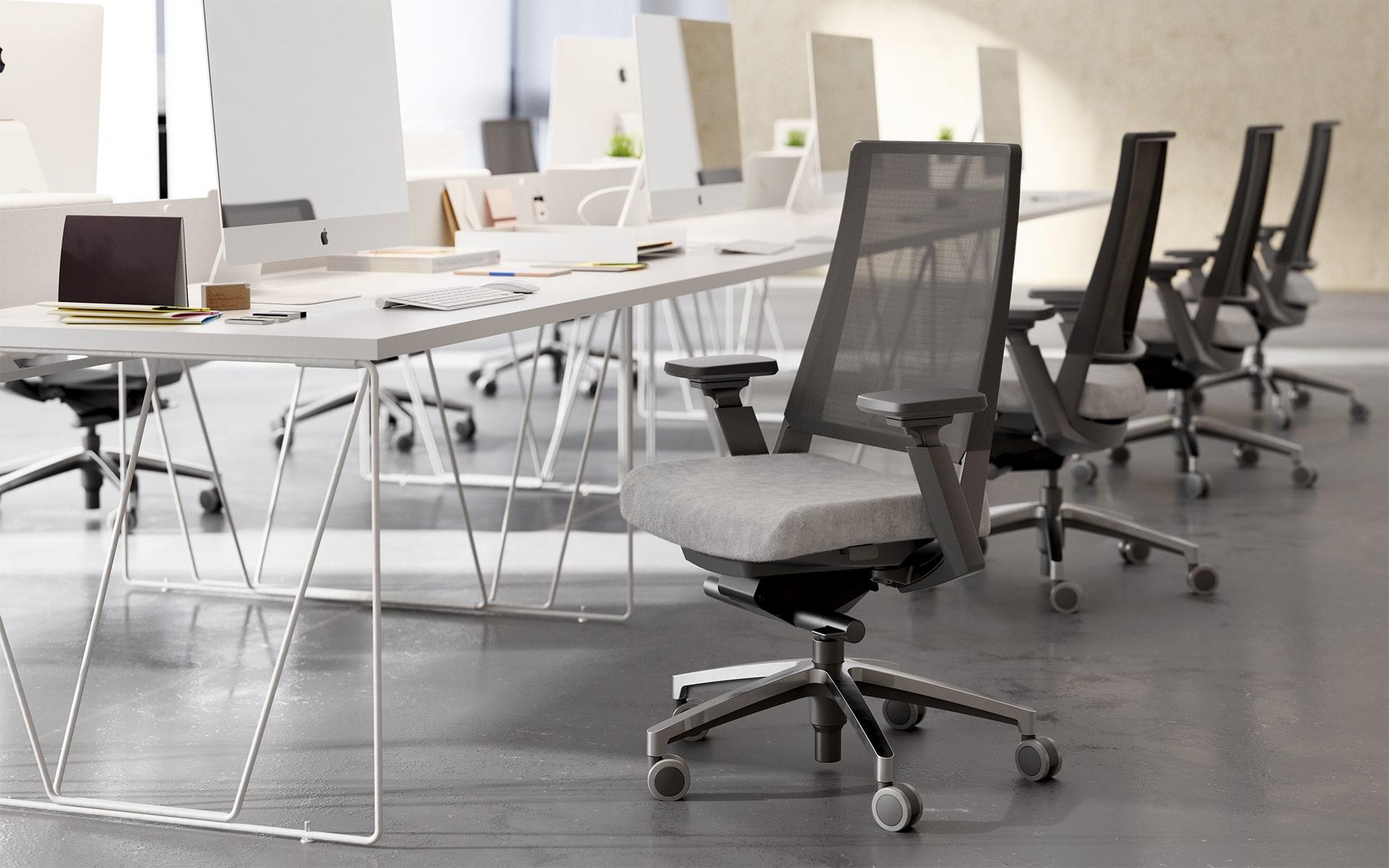 Forma5 Kineo Bürostühle von ITO Design in Grau an hellem Gruppenarbeitsplatz
