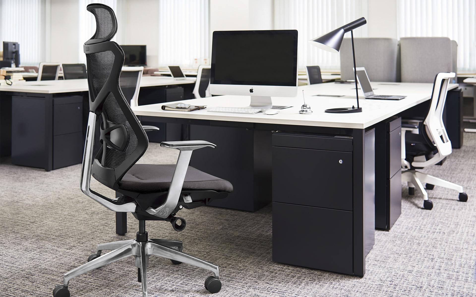 Schwarz-grauer ITOKI Sequa Bürostuhl von ITO Design in schwarz-weissem Büro