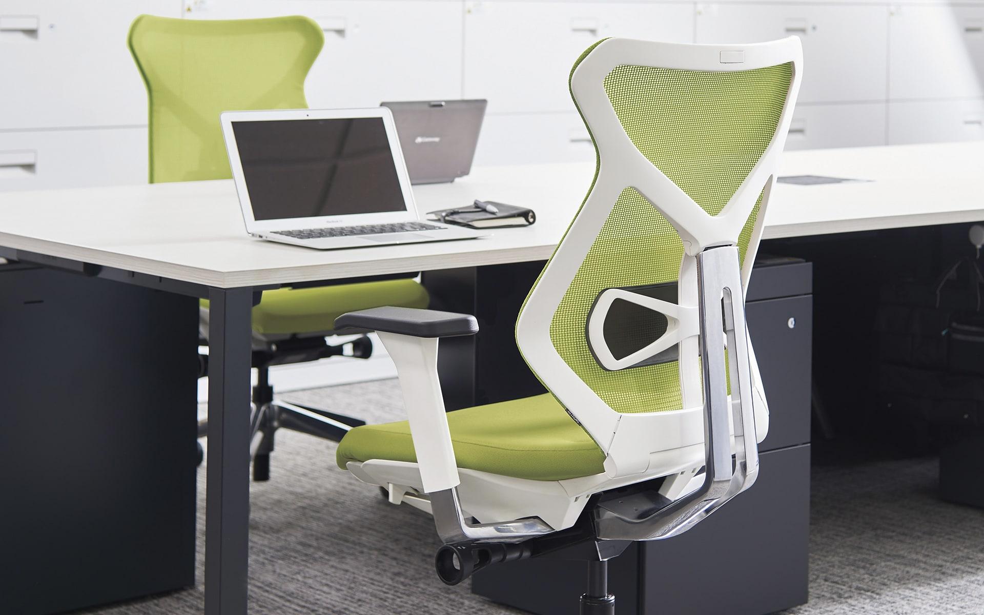 ITOKI Sequa Bürostuhl von ITO Design in weiss und apfelgrün an minimalistischem Schreibtisch
