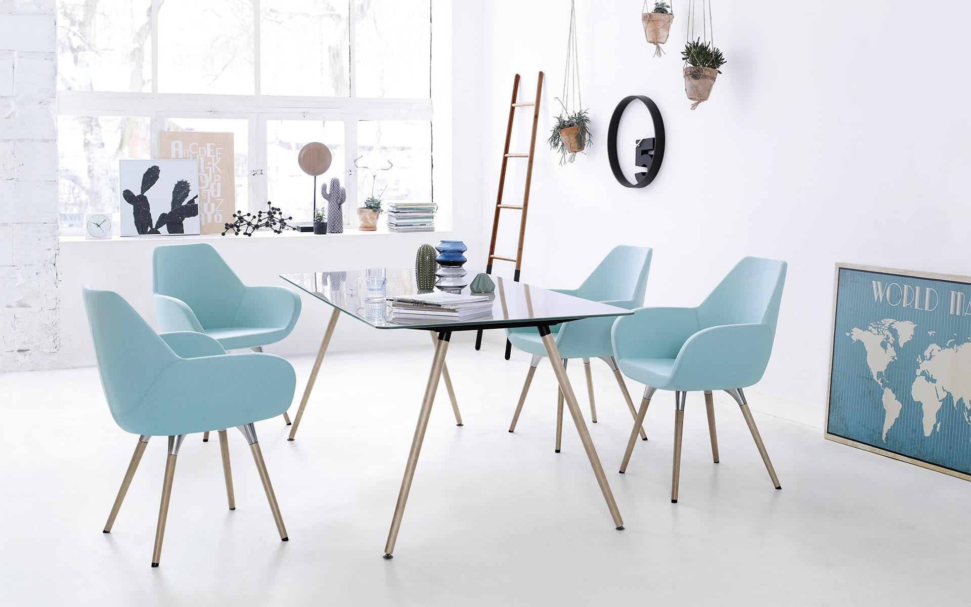 Gemütlicher heller Loft mit Profim Sam Tisch von ITO Design und vier Stühlen