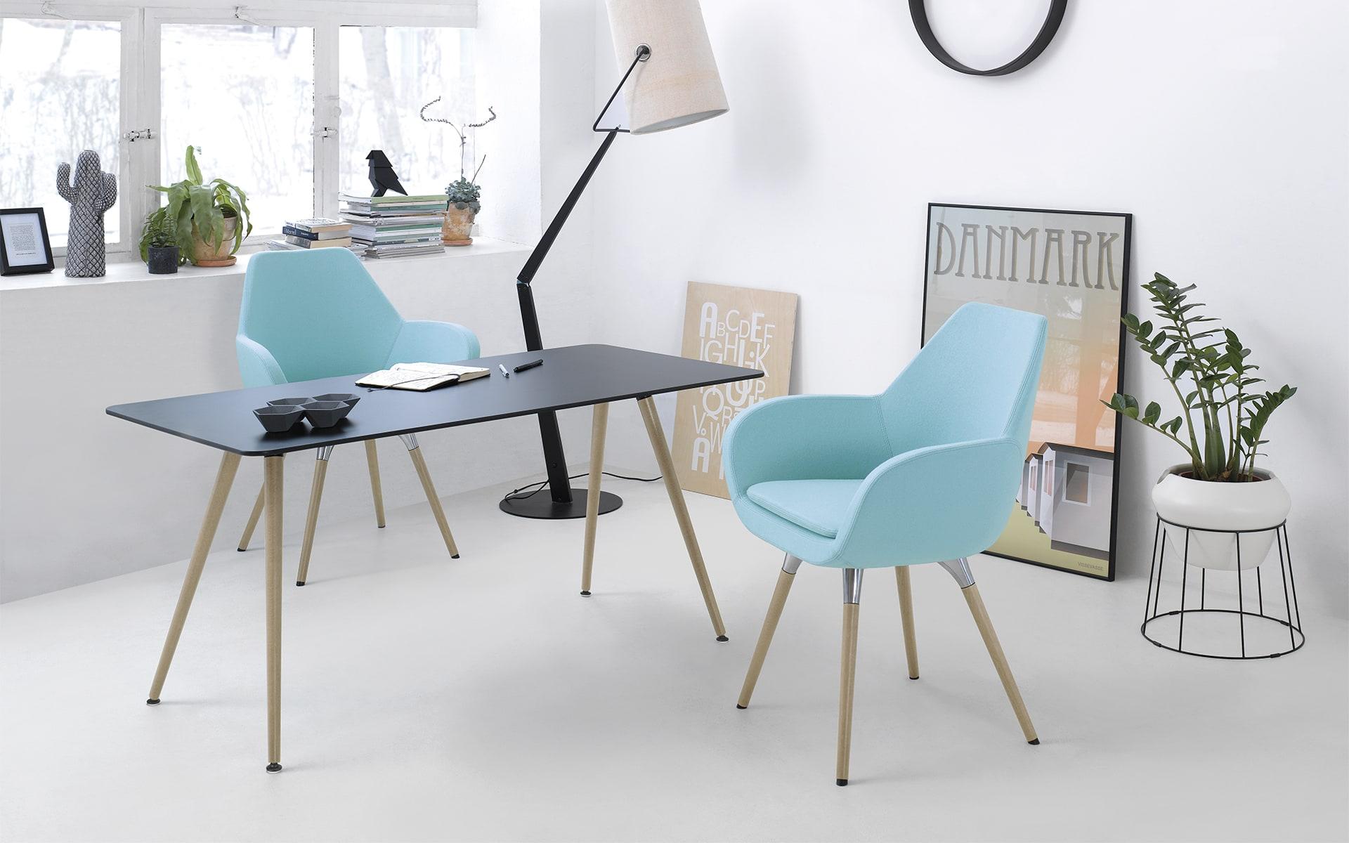 Profim Sam Tisch von ITO Design mit dunkler Tischpllatte und Naturholzbeinen an stylischem Arbeitsplatz