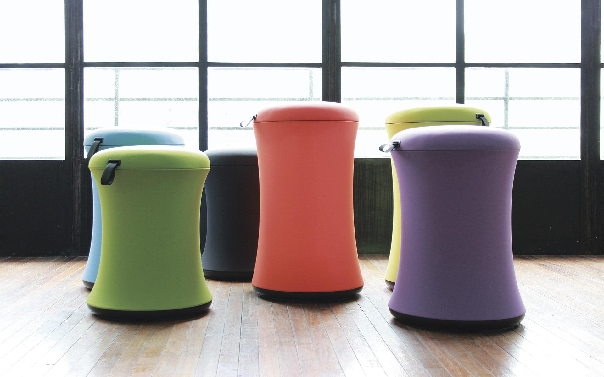 Sechs UE Furniture Uebobo Hocker von ITO Design in Blau, Grasgrün, Schwarz, leuchtendem Orange, Gelbgrün und Lila in hellem Raum
