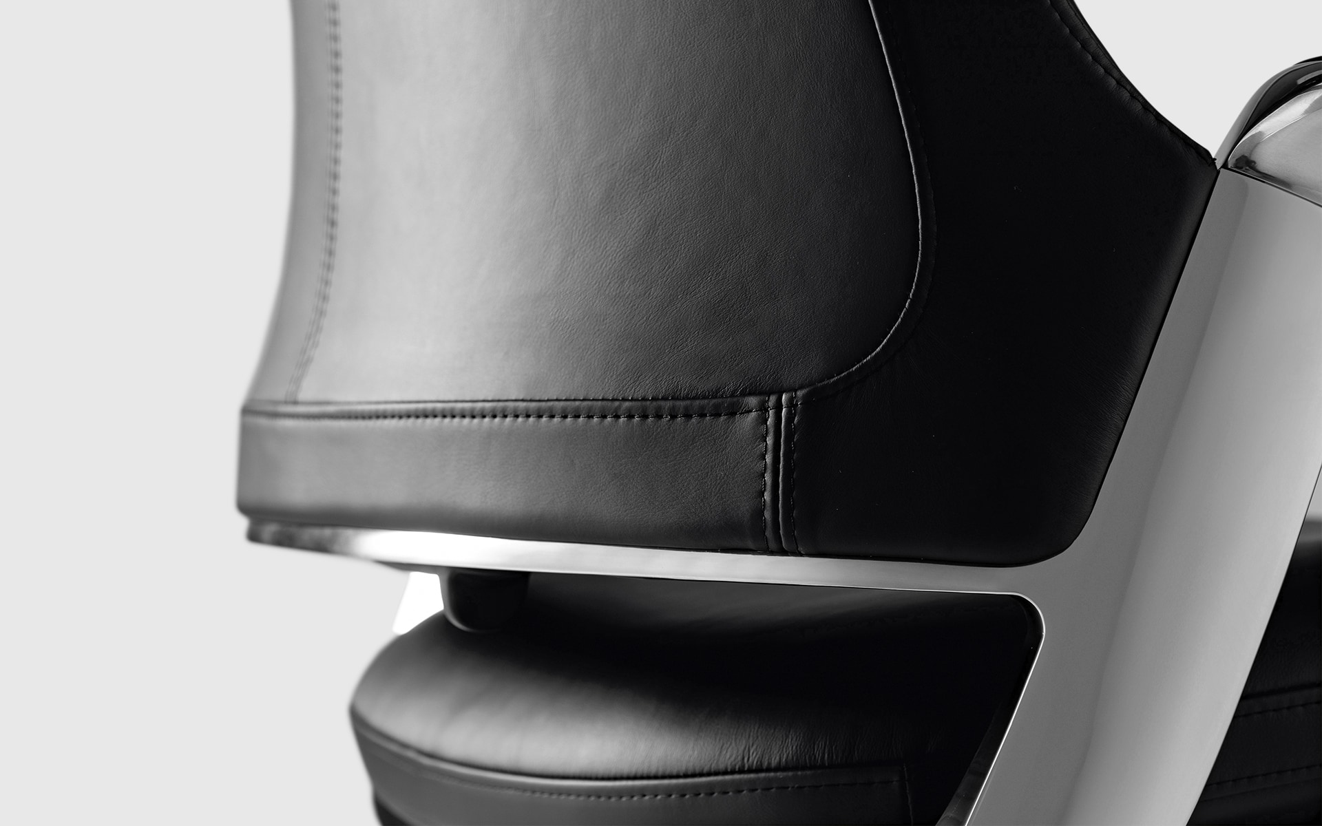 Close-up of the backrest of the ITOKI Leonis executive chair by ITO Design