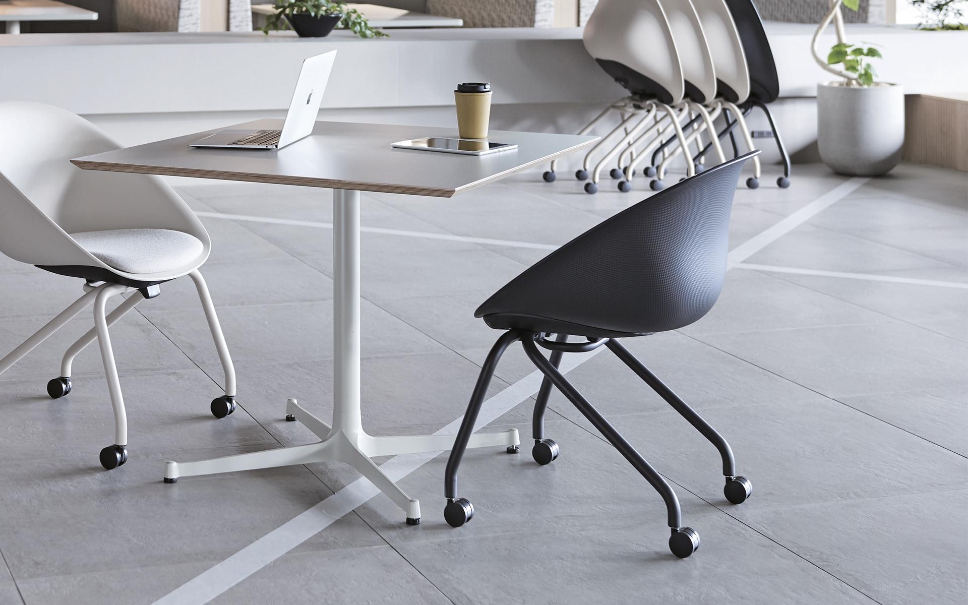 Mehrere ITOKI Wan Schalenstühle von ITO Design in schwarz und weiss in modernem Co-Working Space