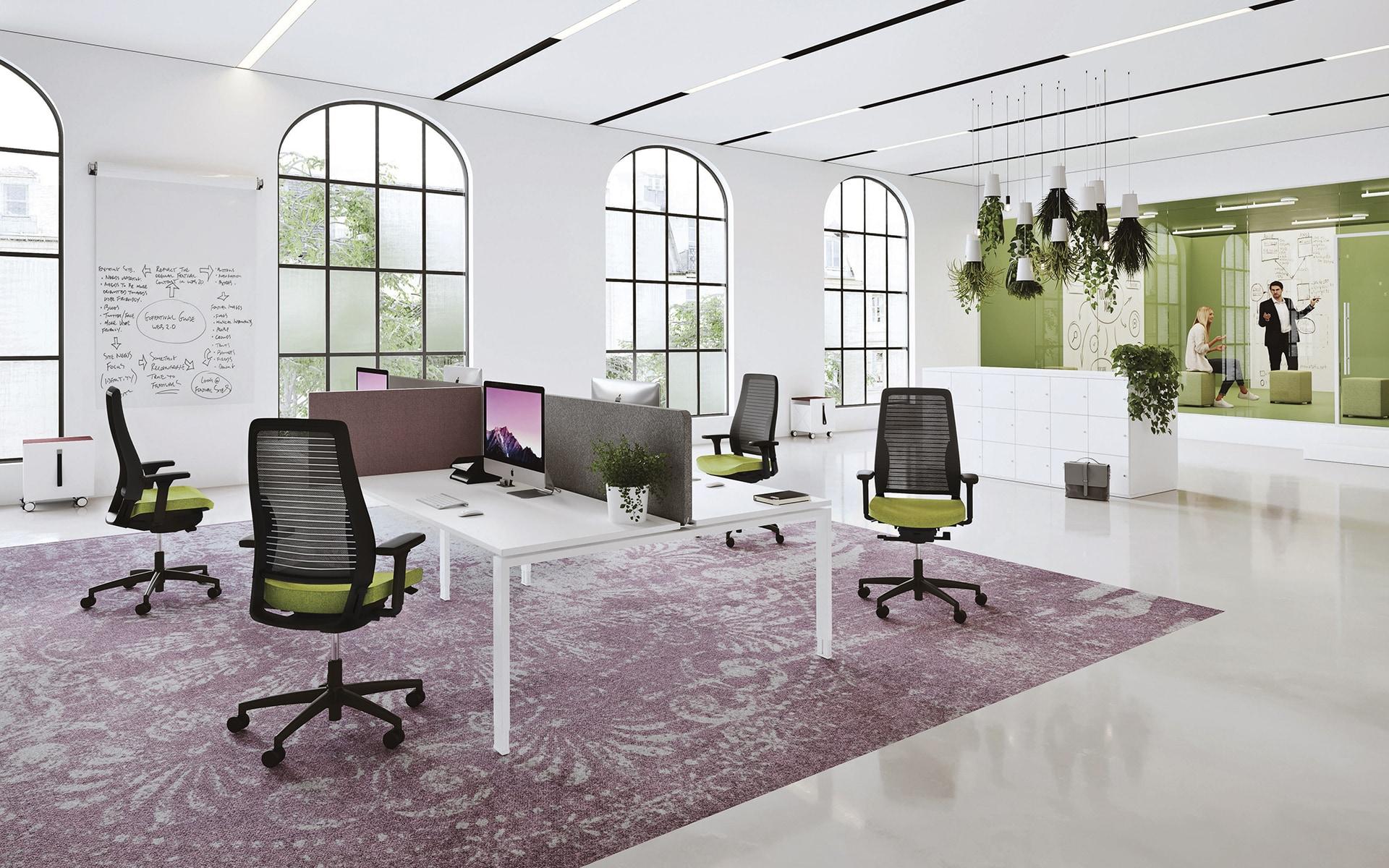Vier K+N Okay III Bürostühle von ITO Design in schwarz und hellgrün in modernem Großraumbüro