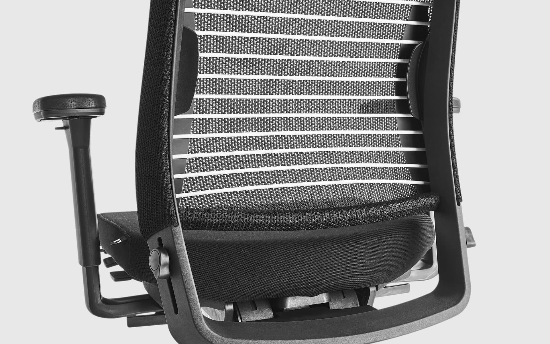 Nahaufnahme der Rückenlehne mit weißen elastischen Bändern des K+N Okay III Bürostuhls von ITO Design