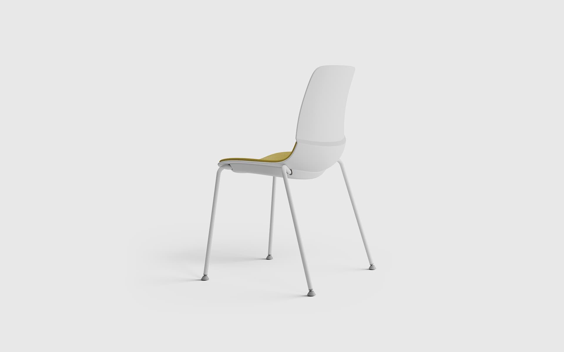 Der Patra Mika Mehrzweckstuhl von ITO Design in ockerfarbenem Bezug