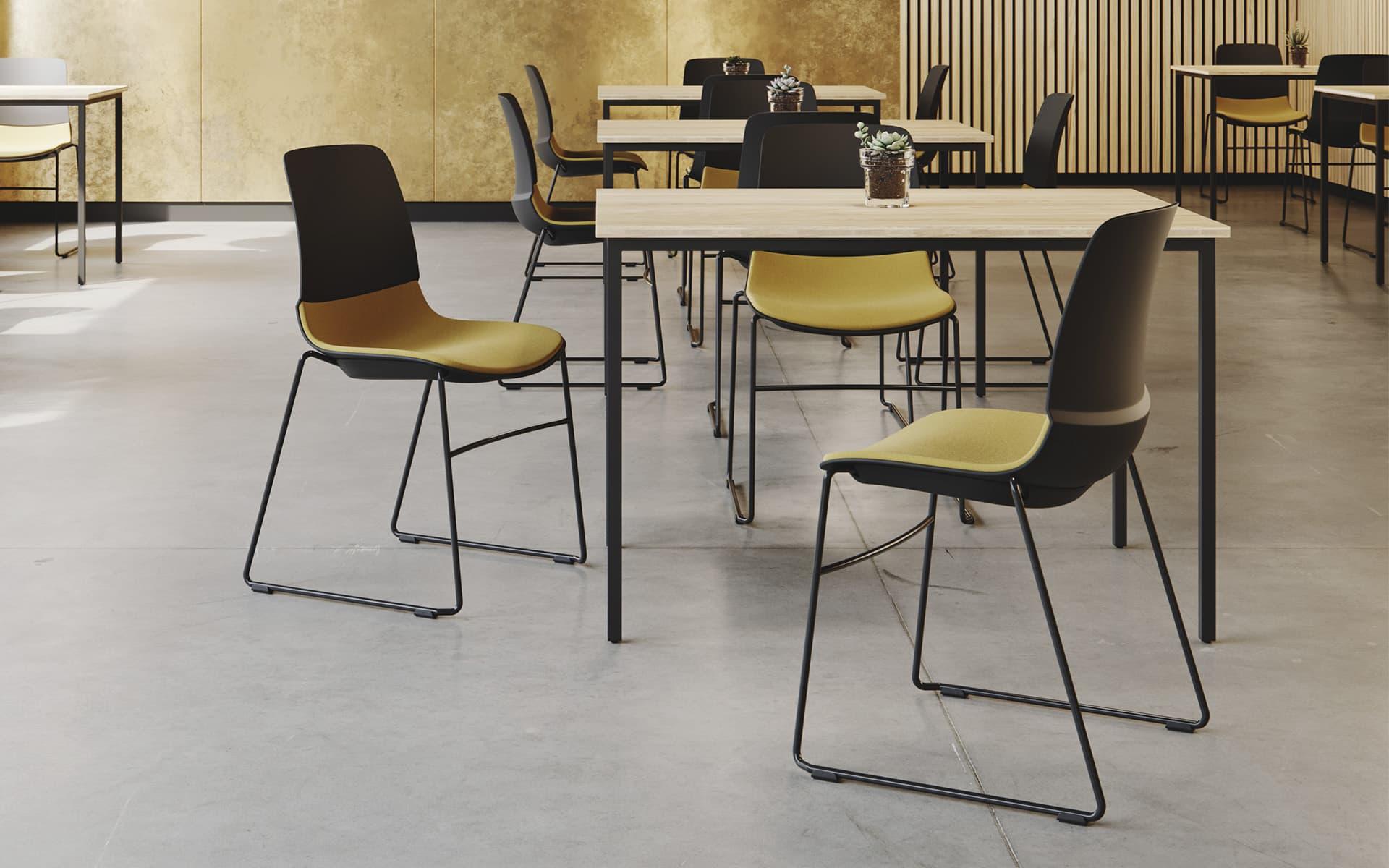 Mehrere Patra Mika Mehrzweckstühle von ITO Design in schwarz mit ockerfarbenem Bezug in einer modernen Cafeteria